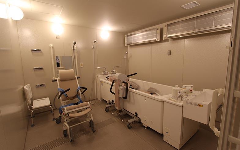 寝たままの体制で入浴できる浴室を介護スペースには設置。ほかに座ったまま入浴できる浴室も用意されている(写真撮影/SUUMOジャーナル編集部)