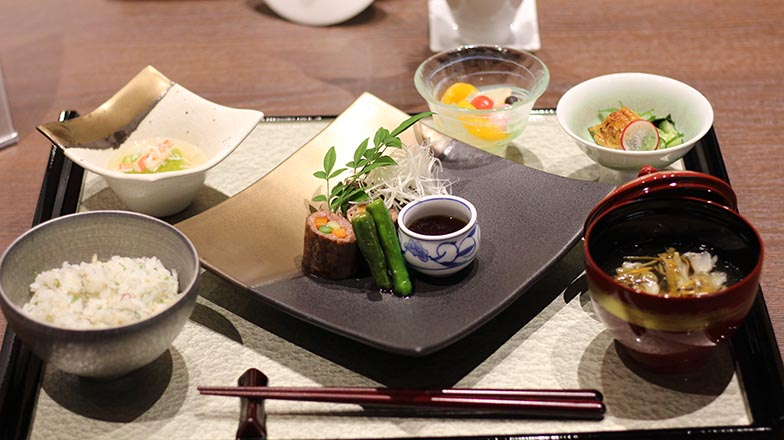 夕食の一例。洋食も用意されている(写真撮影/SUUMOジャーナル編集部)