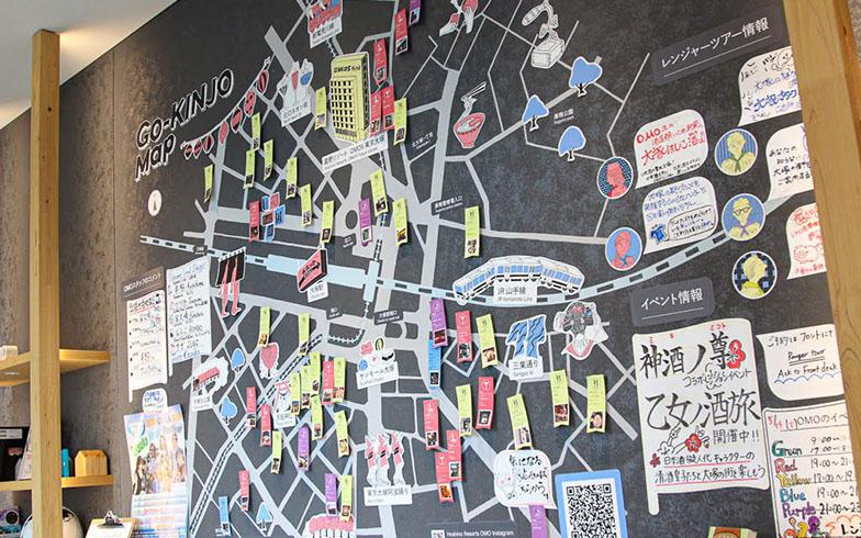 ロビーに掲げた「ご近所マップ」に、スタッフが厳選した地元のおすすめスポットを網羅。マップは縦2m、横3mの特大サイズ。情報は日々更新されています(写真撮影/SUUMOジャーナル編集部)