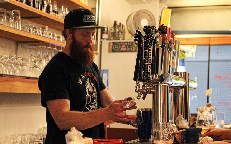 OMOのイベントでビールを提供することもあるなど、ホテルとの結びつきも強い「TITANS」。商店街で買ったお惣菜の持ち込みもOK(写真撮影/SUUMOジャーナル編集部)