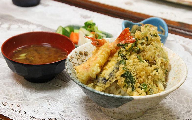 昼でも夜でも、天ぷらは必ず揚げたてを出すのが店主のこだわり。7種類の塩が用意されているので、お好みでかけていただきま~す(写真撮影/SUUMOジャーナル編集部)