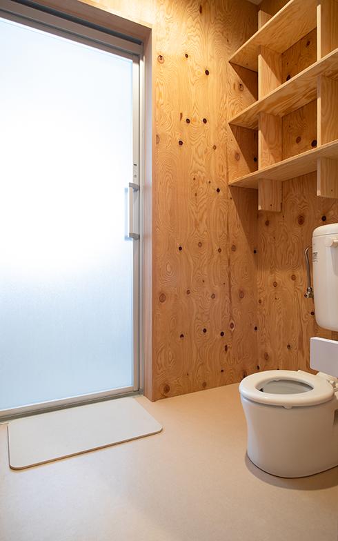 子ども用トイレがシェアハウスの脱衣所にあるのも特徴的(撮影/片山貴博)
