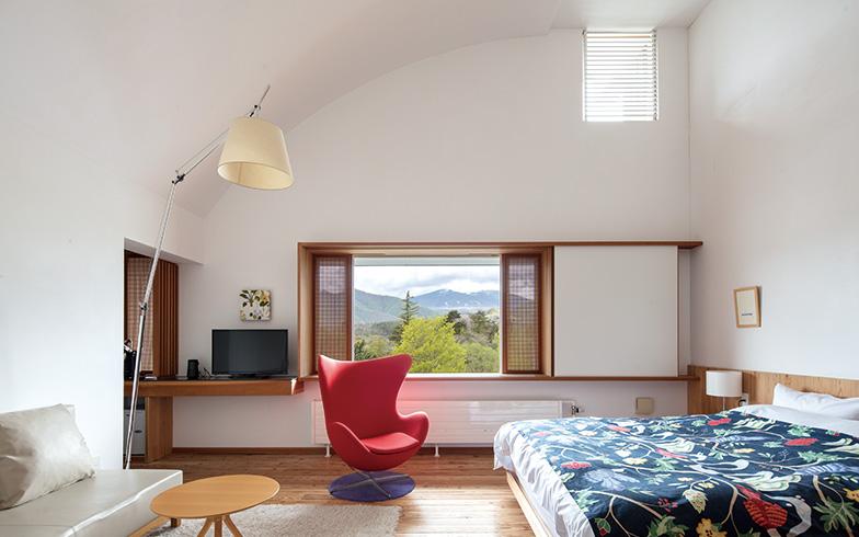 北欧家具でしつらえた部屋。磐梯山を遠望する見事な眺めを絵のように切り取るフィックス窓の両脇に、細格子が繊細な通風窓がある(写真撮影/牛尾幹太)