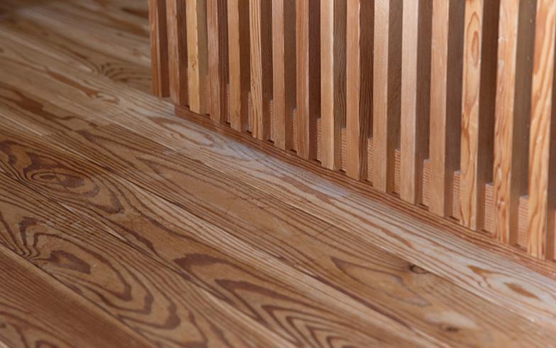 床はキリやカラマツのむく材(写真撮影/牛尾幹太)