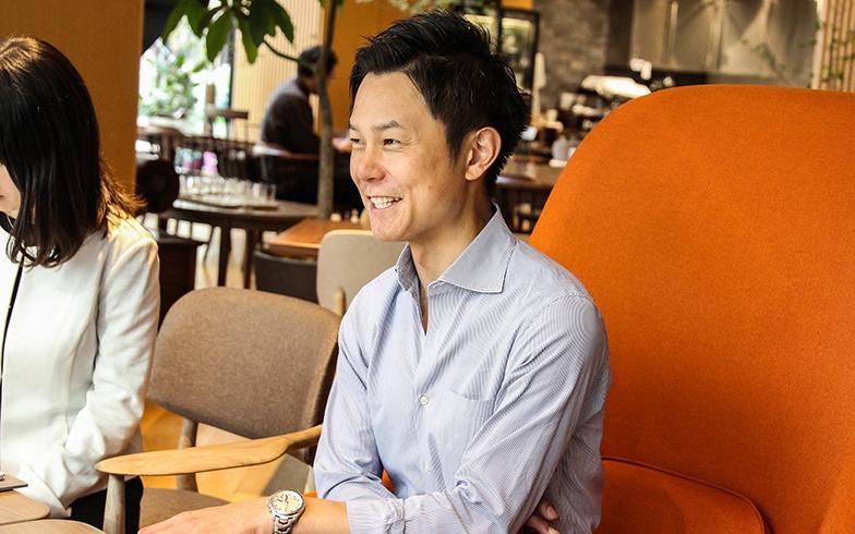 ワインエキスパートとSAKE DIPLOMAの資格も有する、美味しいもの好きの中村さん。2年かけて、地元の飲食店や工房を400軒以上も巡ったそうです(写真撮影/SUUMOジャーナル編集部)