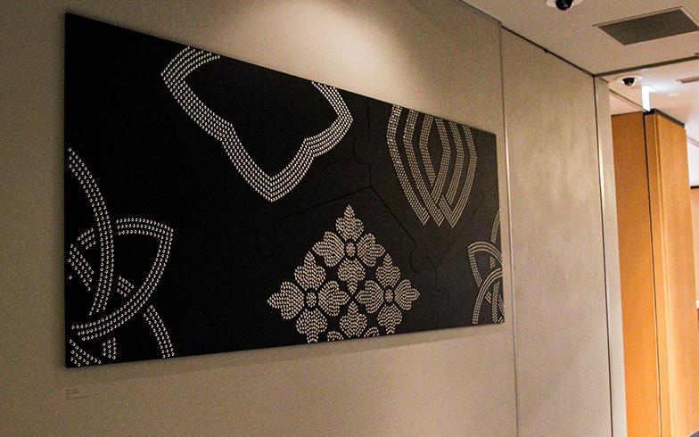 エレベーターホールには、地元の家紋職人である「京源」波戸場承龍氏、耀次氏による家紋アート作品が飾られているほか、4種類の客室カードキーにも両氏によるオリジナルデザインが採用されています(写真撮影/SUUMOジャーナル編集部)