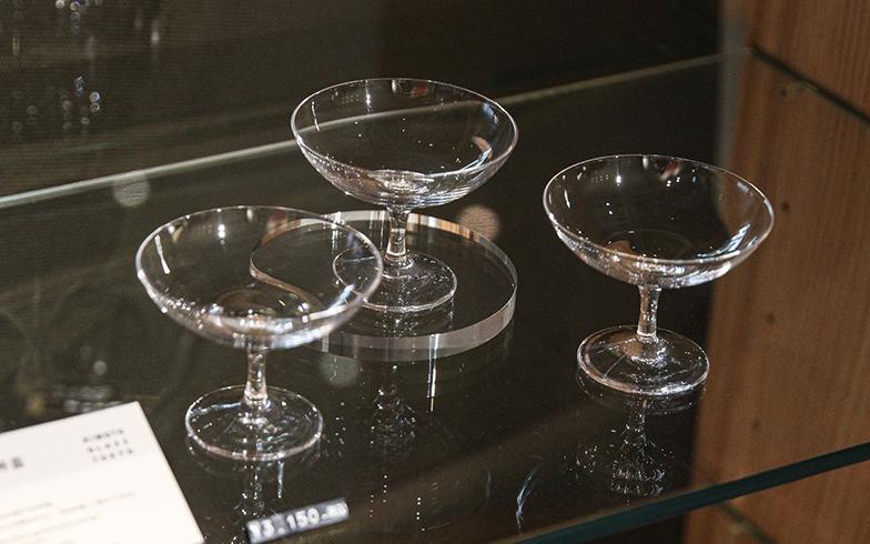 「ワイングラスはあるのに、なぜ日本酒グラスはないのか」という着想から生まれた木本硝子の『es』シリーズ。セミナー参加者には、ノーガホテルオリジナルの平杯グラスがプレゼントされます(写真撮影/SUUMOジャーナル編集部)