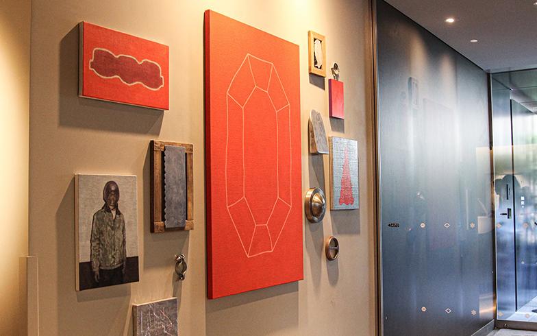 エントランスを入ってすぐ、右手の壁面を飾るのは、東京藝術大学出身の山田悠太朗さんによるインスタレーション『Apollo Program』(写真撮影/SUUMOジャーナル編集部)