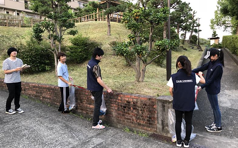 学生たちによる自主企画である、団地内の清掃活動の様子(写真提供/中部大学)