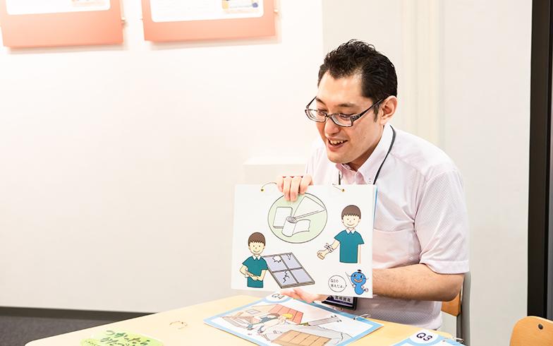 お題に対して、配られたカードで対応策を考え、当てるという「なまずの学校」(写真撮影/片山貴博)