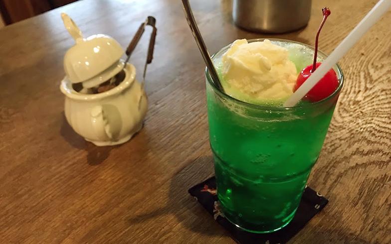 撮影場所はメンバーお気に入りの喫茶店「トエム」。人気のクリームソーダは380円(写真提供/山本葵)
