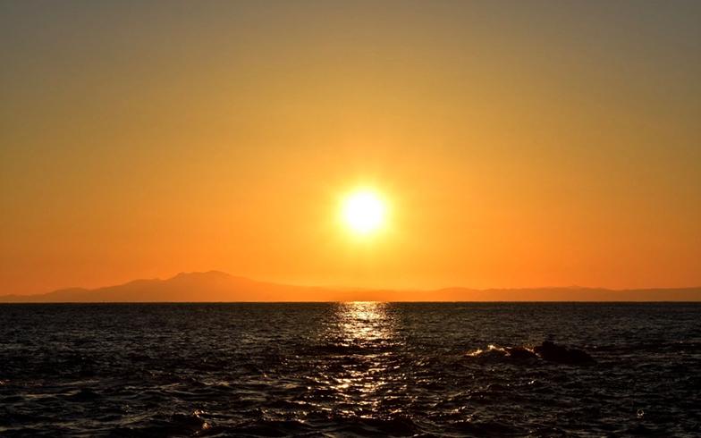 三崎のすぐ南にある城ヶ島から望む夕日と大島の影。夕日好きの葵さんにとっては堪らない1枚だった(写真提供/山本葵)