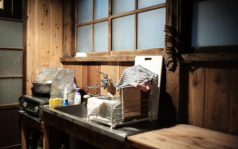 """コンロや洗濯機を設置したことで、ようやく""""普通に住める""""レベルの家に(撮影/相馬ミナ)"""
