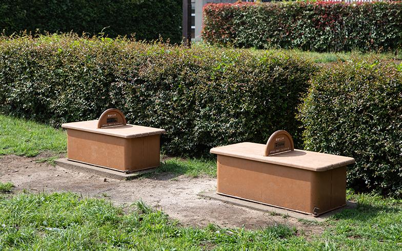 一見、よくある公園のベンチですが