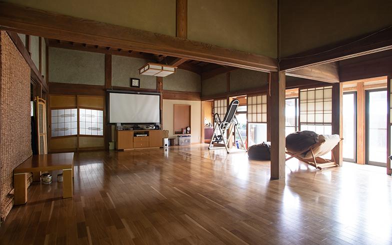 元々は小さな和室が並んであった1階は、すべて広げてフローリングの洋室に。置いてある家具や家電もほぼもらいもの(写真撮影/片山貴博)