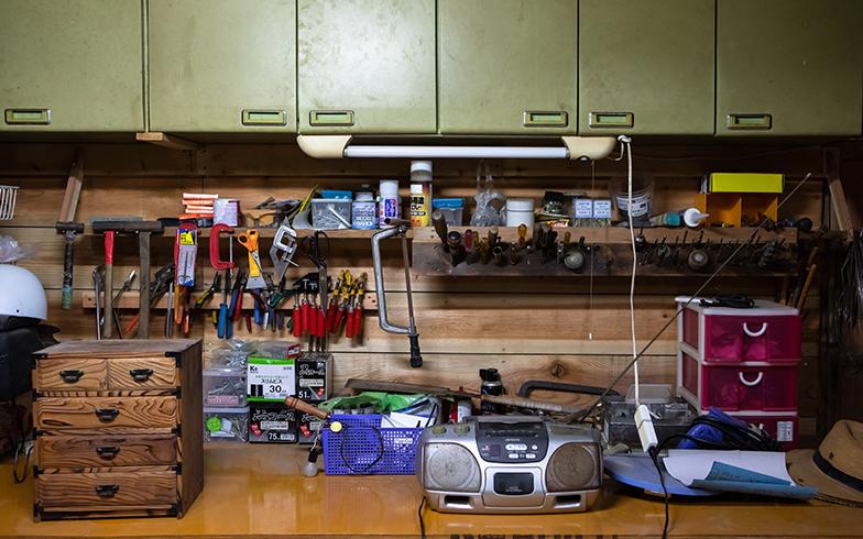 小屋1階は作業スペース。道具類をさっと取りやすいように棚をDIY。秘密基地のようなスペースは菅原さんのお気に入り(写真撮影/片山貴博)