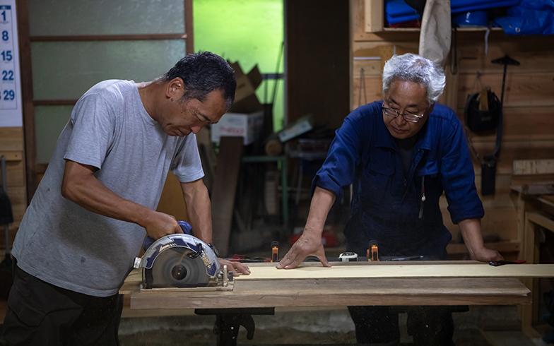デュアラー仲間が、菅原さんの作業場を使って大工仕事。お互い助け合いながら楽しんでいる(写真撮影/片山貴博)