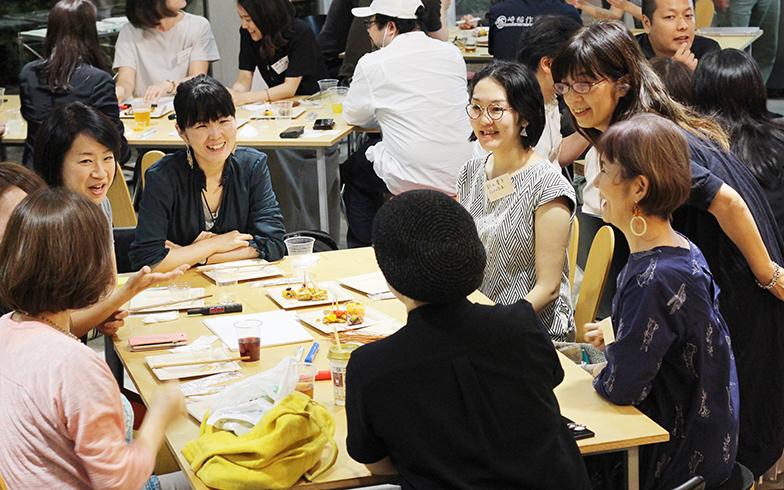 女性ばかりのテーブルでは、女性ならではのコミュ力で一気に打ち解け、話が盛り上がる(写真撮影/SUUMOジャーナル編集部)