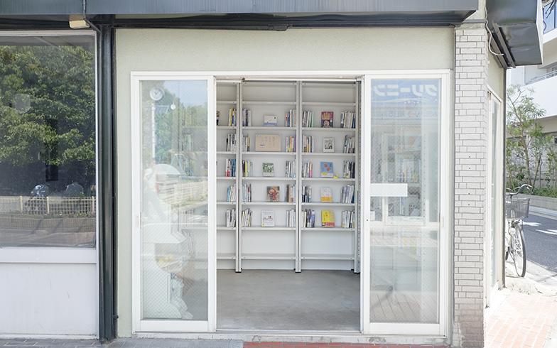 商店街の一角にある、無人古本屋さん「BOOK ROAD」の写真
