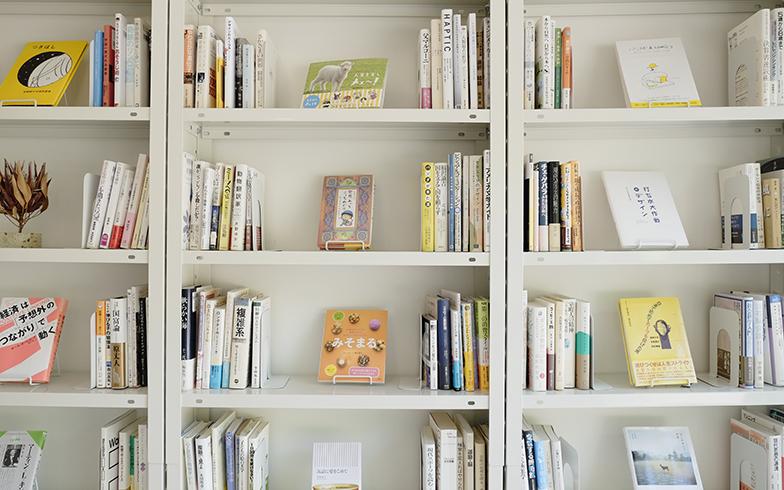 無人古本屋さん「BOOK ROAD」の本棚には、写真だけでなくお客さんがくれた小物なども一緒に置いてある