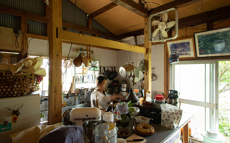 独立した広いキッチンにはたくさんの食器や調理器具が並べられている。最大30人分の食事を用意したこともあったそう(写真撮影/片山貴博)