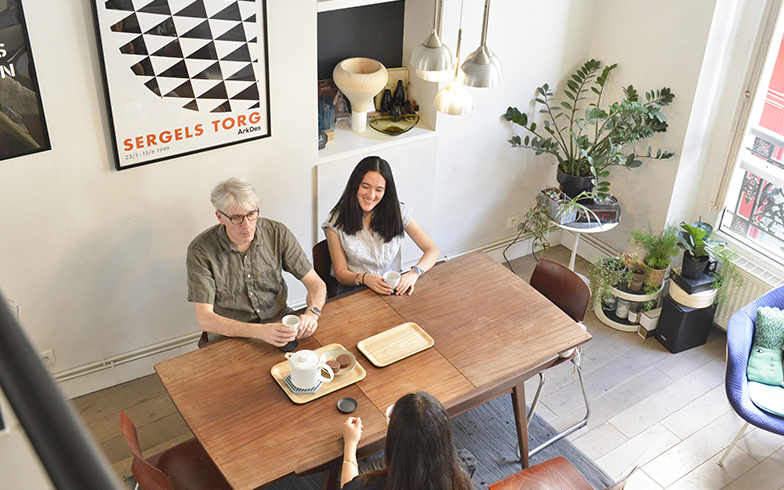 パリの暮らしとインテリア[1]ヴィンテージ家具に囲まれたデザイナー家族のアパルトマン