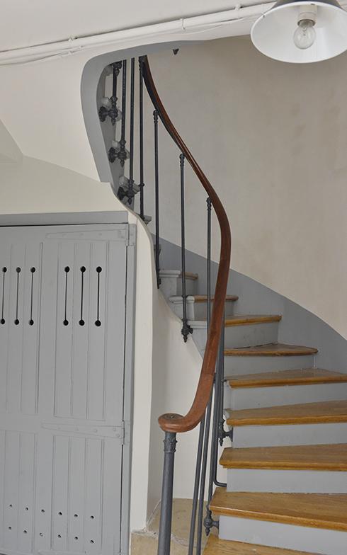 入り口の共用部分の階段は、最近ようやく工事が終了! カラーリングは住人たちで相談して決めました(写真撮影/Manabu Matsunaga)