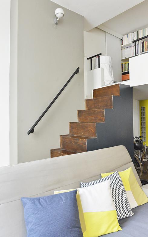 特に部屋の色合いには気を付けているとのこと。階段側面のグレーは自然素材のペンキFarrow&Ballで、自分たちでペイント。一部を塗ることでメリハリをつけています(写真撮影/Manabu Matsunaga)