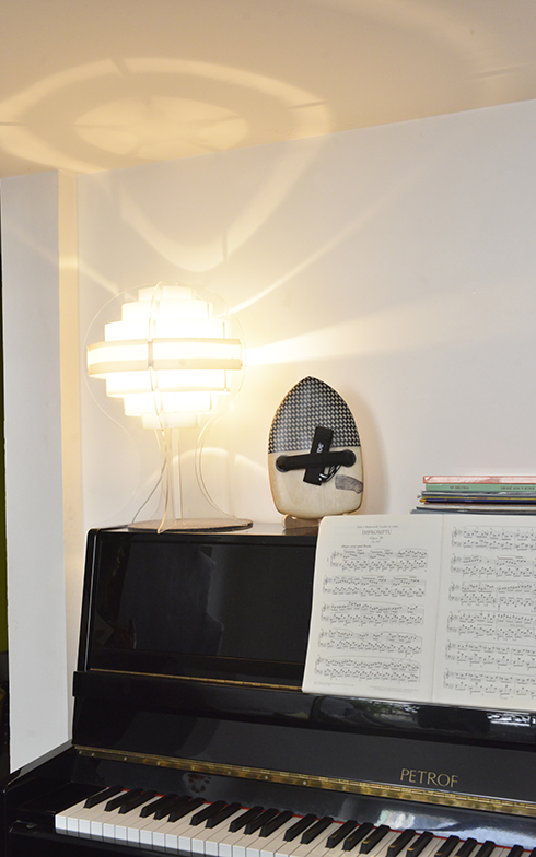 ピアノは東欧のPetorf、イケアのデザインランプの横にはHand Playing(ハンドプレーイング)を飾っています(写真撮影/Manabu Matsunaga)