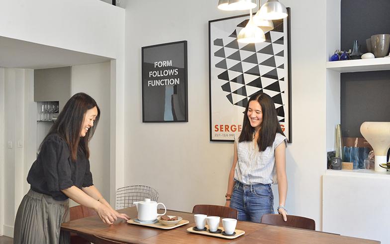 大好きなツェツェ・アソシエのカップでお茶の準備中。お茶の時間は大切な家族の対話に必要(写真撮影/Manabu Matsunaga)