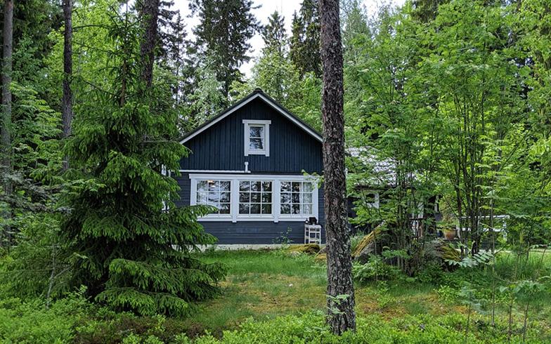 夏にはハイキング、冬にはクロスカントリースキーなどが楽しめる森の中のサマーハウス。フィンランドでは、誰でも自然の中の好きな場所を自由に歩けるという権利「自然享受権」が認められている(写真撮影/SUUMOジャーナル編集部)
