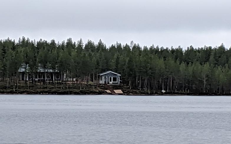 湖では、ボートこぎ、カヌー遊び、釣りなどが楽しめる。もちろん、サウナの後に体をクールダウンさせるときにも、湖は天然の水風呂に(写真撮影/SUUMOジャーナル編集部)