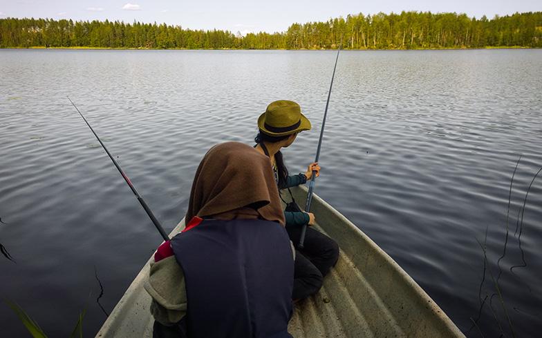 ボートで湖に漕ぎ出して、静寂に包まれながら湖上で釣り糸を垂れるひととき。フィンランドでは誰でも無料で釣りができるが、ルアー・フィッシングには許可が必要(写真提供/オッリさん)