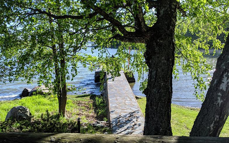 """湖にかかる桟橋は、ときに""""飛び込み台""""になったり、腰を掛けて足先を水につけて読書するときの""""椅子""""になったりと、大活躍(写真撮影/SUUMOジャーナル編集部)"""