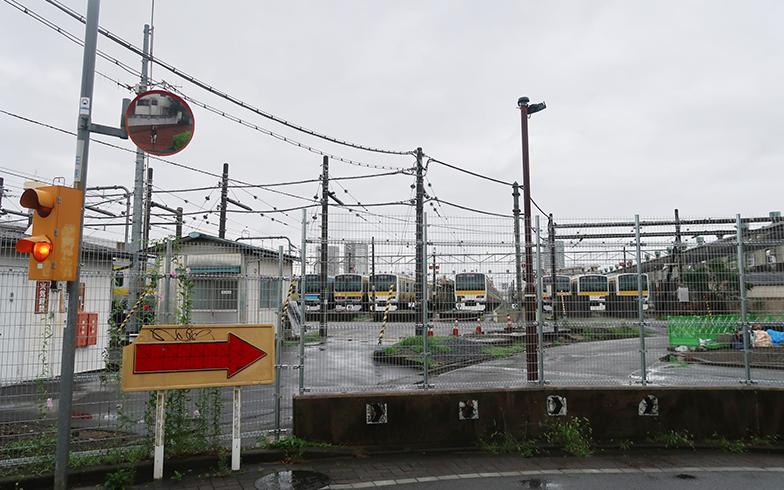 「リエットガーデン三鷹」のすぐ目の前にあるJR東日本の三鷹車両センター(写真撮影/嘉屋恭子)