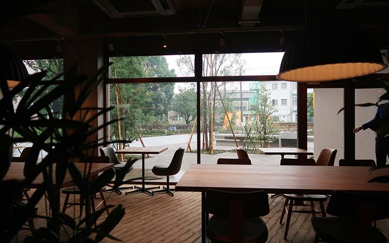 シェアプレイス三鷹のダイニングスペースの窓越しに広がる「食の広場」。晴れた日にはキッチンで調理した料理を屋外でも楽しむことができる(写真撮影/嘉屋恭子)