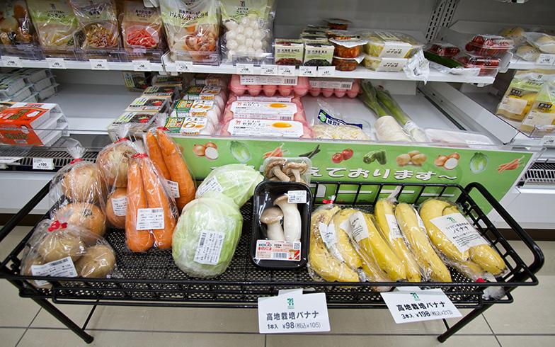 野菜などの生鮮食料品も販売(写真撮影/井村幸治)