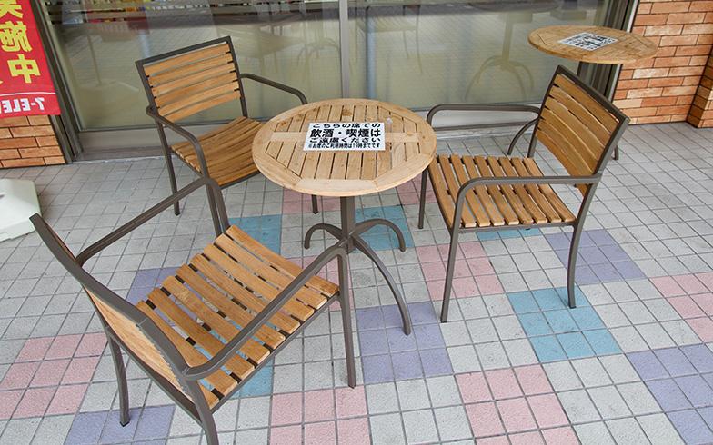 店頭にはテーブル席があり、のんびり時間を過ごす方も多い(写真撮影/井村幸治)