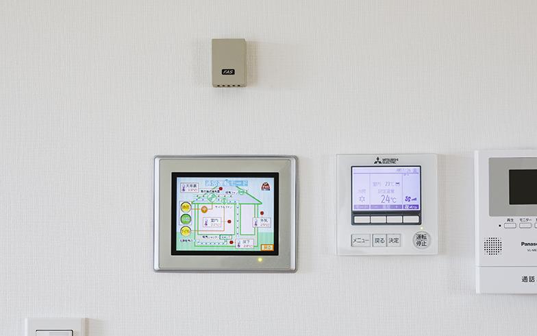 室温や気温を確認できるパネルをリビングに設置(写真撮影/Isao Negishi)