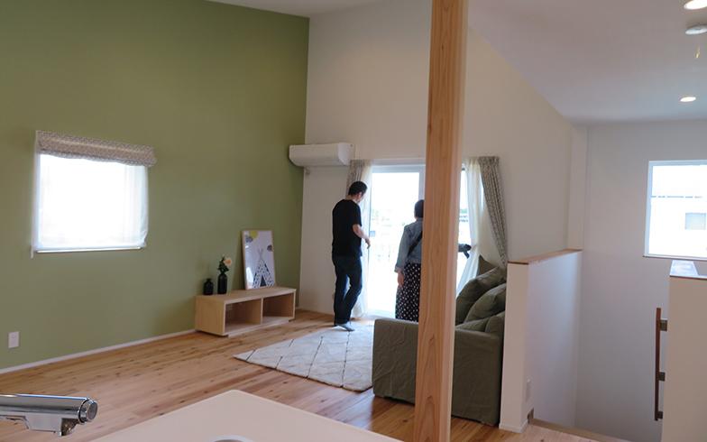 2階にLDKを配置した住棟。この掃き出し窓からも大型のデッキが連続する(写真撮影/介川亜紀)