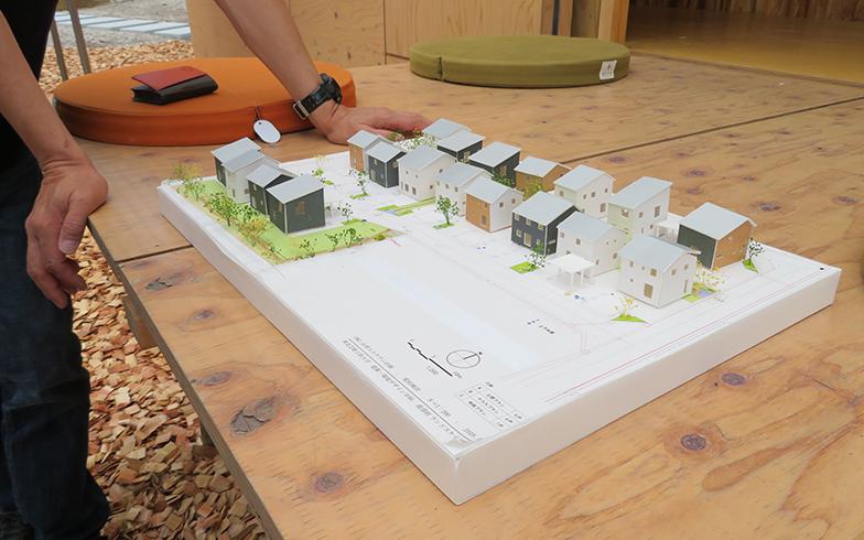 完成後の街並みの模型。住棟の間には塀などがなく、住宅地全体がゆるくつながる(写真撮影/介川亜紀)