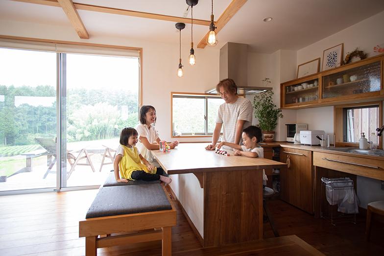 広いリビングには大きな窓を採用、緑の風景を眺めながらくつろげる(撮影/片山貴博)