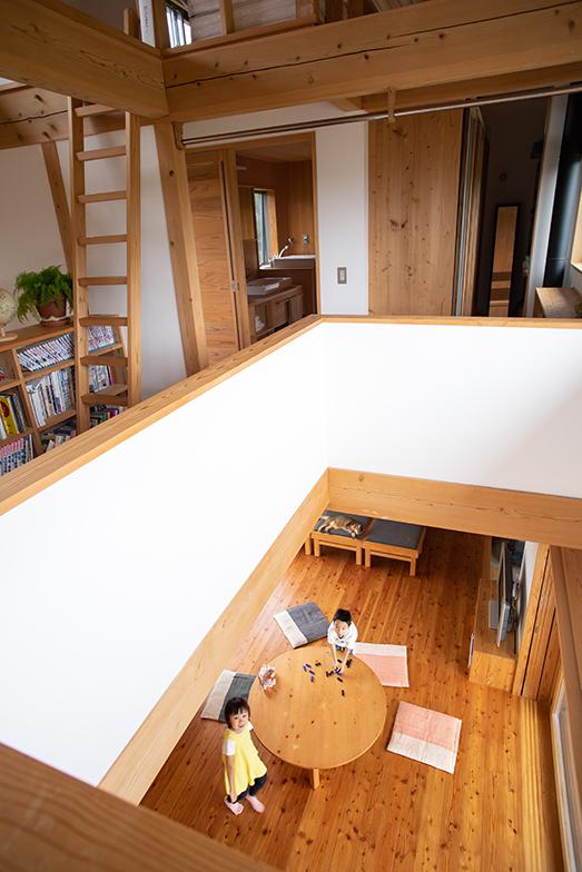 1階と2階、その上のロフトは吹抜けでつながっている(撮影/片山貴博)