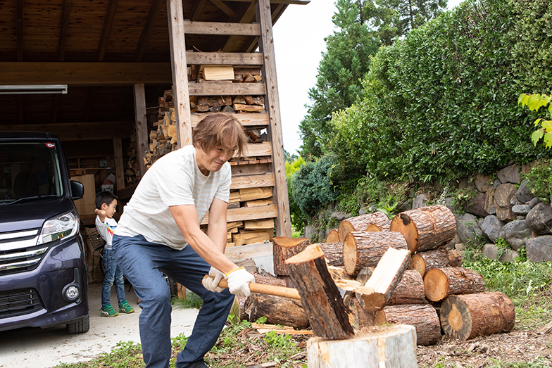 薪割りは省人さんの仕事。数年の間できれいに割るテクニックも身に付いた(撮影/片山貴博)
