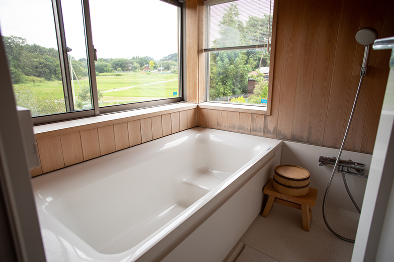 浴室は2階に設置して、入浴しながら窓外の景色を楽しめるようにした(撮影/片山貴博)