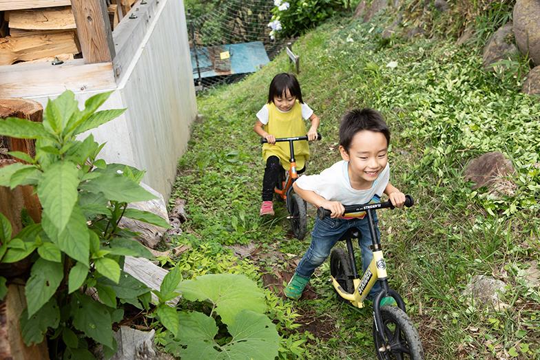 お気に入りのストライダーで家の周囲をぐるぐる回るのが今、子どもたちのお気に入りの遊び(撮影/片山貴博)