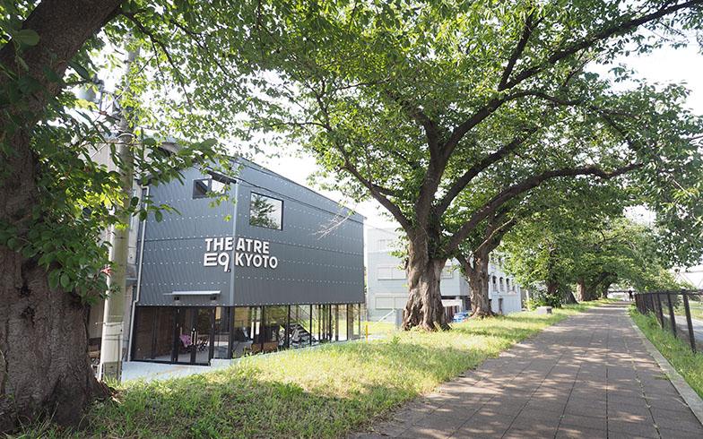 鴨川の遊歩道、桜の木立の間から垣間見える話題の新劇場「THEATRE E9 KYOTO」(写真撮影/吉村智樹)