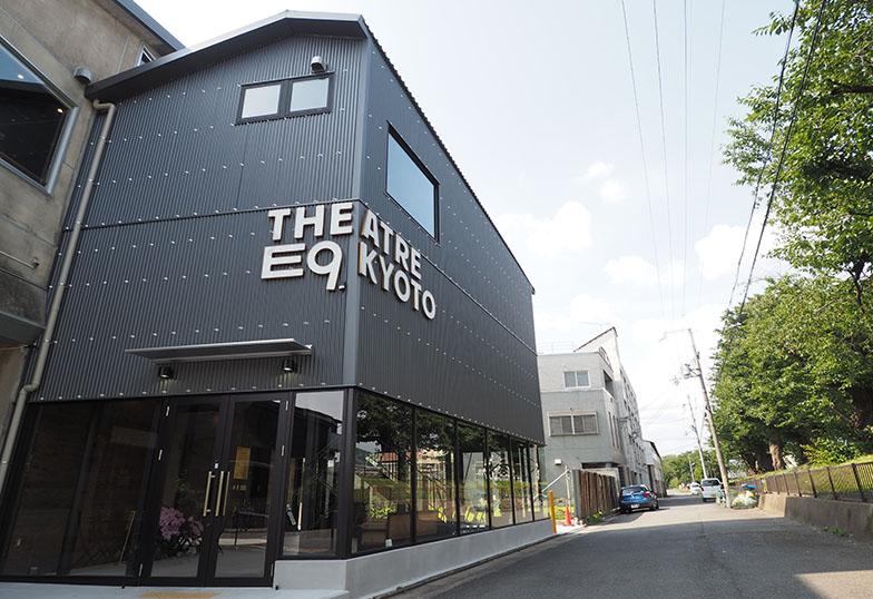 エントランスはガラス張りで明るい印象。「E9」とは劇場がある東九条を意味する(写真撮影/吉村智樹)