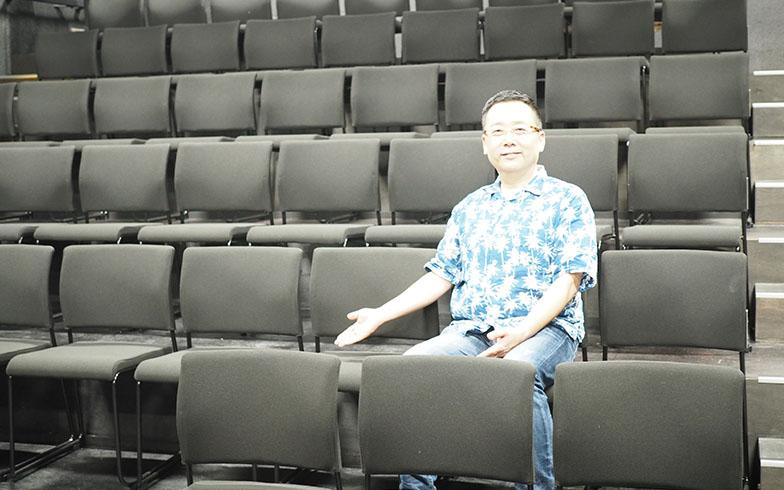 「これからは団塊の世代が演劇を楽しむ時代。椅子の品質にはこだわり抜いた」という蔭山さん(写真撮影/吉村智樹)