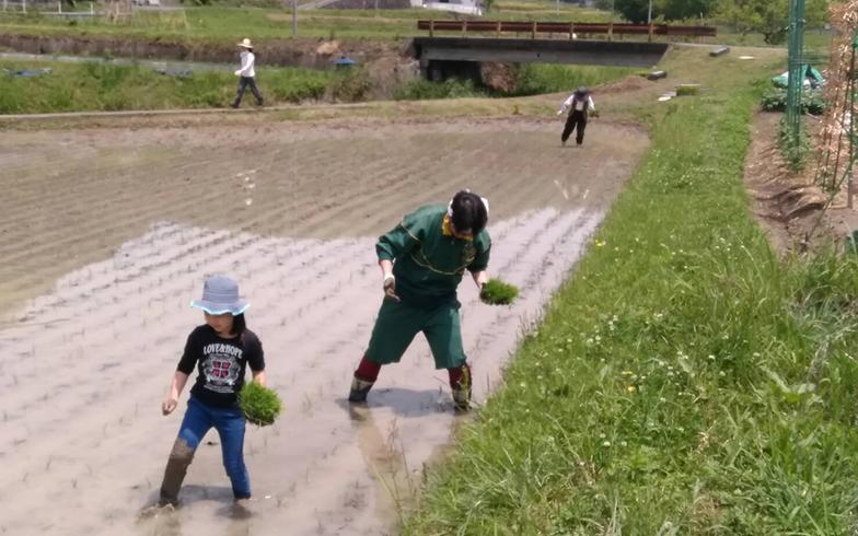 今や田植えは家族の年中行事のひとつ「田植えの時期に合わせて来るようにしています」と娘さん(写真/ご本人提供)